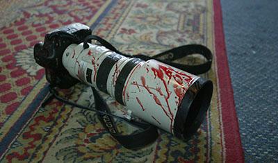كاميرا ملطخة بالدماء في فندق في بغداد. (وكالة الأنباء الفرنسية/ باتريك باز)