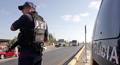 La policía patrulla una calle en Nuevo Laredo (AFP/ Alfredo Estrella)