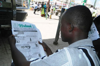 A Hargeisa resident reads the Hubaal paper before the daily's suspension. (Barkhad Dahir)