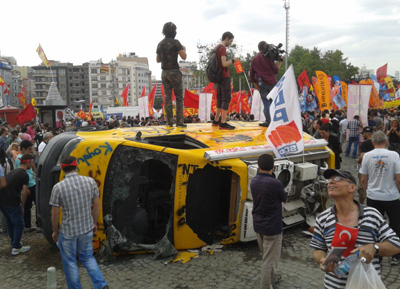 Angered by the station's news coverage, protesters in Istanbul destroyed an NTV news van.(CPJ/Özgür Öğret)