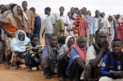 Des réfugiés somaliens attendent en ligne dans un camp de réfugiés au Kenya. (Reuters/Jonathan Ernst)