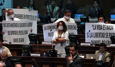 Legisladores de la oposición protestan la aprobación de la Ley de Comunicación en la Asamblea Nacional. (AFP / Eduardo Flores)