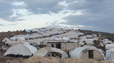 Ciudadanos sirios se resguardan en un campo de refugiados cerca de la frontera con Turquía. (Reuters/Muhammad Qadour/Shaam News Network)