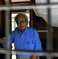 Win Tin poses in the standard-issue blue shirt he wore in prison. (Reuters/Soe Zeya Tun)