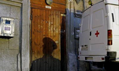 У входа в дом Анны Политковской в ночь ее убийства в 2006 году. Бывший офицер полиции впоследствии сознался в организации широкомасштабной слежки за журналисткой, завершившейся ее убийством. (Фото: АP/Дмитрий Ловецкий)