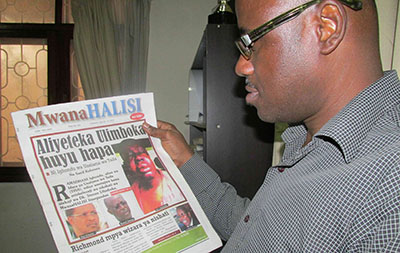 Editor Saed Kubenea and the MwanaHalisi edition that led to the paper's suspension. (CPJ/Tom Rhodes)