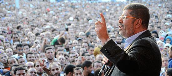 مرسي وعدد كبير من مؤيديه في نوفمبر/تشرين الثاني 2012. (أسوشيتد برس)