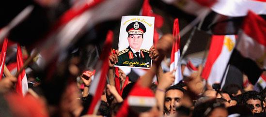 صورة للسيسي تظهر في تظاهرة في ميدان التحرير. (رويترز/ محمد عبد الغني)