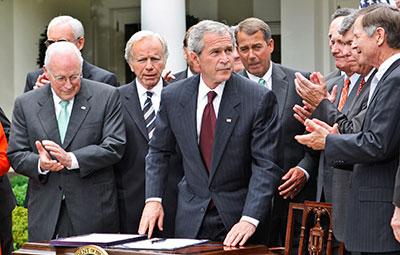 O presidente George W. Bush é aplaudido após a assinatura de Emendas da Lei FISA em 2008 no Rose Garden da Casa Branca  (AP / Ron Edmonds)