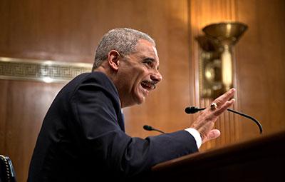 Organizações de notícias acusam o procurador-geral Eric Holder de ignorar as diretrizes do Departamento de Justiça que regem intimações de jornalistas. (AP / J. Scott Applewhite)