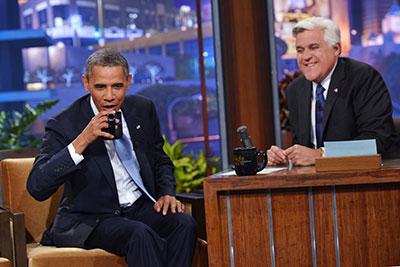 """Obama e o apresentador Jay Leno gravam o programa """"The Tonight Show with Jay Leno"""" da NBC Studios em 6 de agosto, em Burbank, Califórnia. (AFP / Mandel Ngan)"""