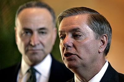 El senador republicano Lindsey Graham, de Carolina del Sur, a la derecha, y el senador demócrata Charles Schumer, de Nueva York, propusieron una nueva ley para proteger las fuentes periodísticas. (Reuters/Claro Cortes IV)