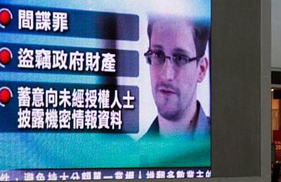 Um monitor em um shopping de Hong Kong transmite notícias sobre as acusações contra Edward Snowden, em 22 de junho de 2013. (Reuters / Bobby Yip)