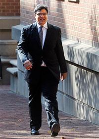 El exoficial de la CIA John Kiriakou camina con destino al Tribunal Federal de Distrito de Alexandria, Virginia, el 23 de octubre de 2012. (AP/Cliff Owen)