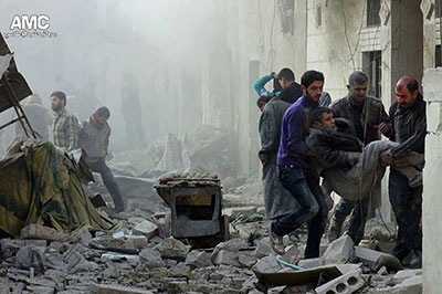 La imagen suministrada por el Centro de Medios de Aleppo muestra a ciudadanos sirios asistiendo a un hombre herido luego de un ataque aéreo del gobierno en Aleppo, el 17 de diciembre. Los periodistas ciudadanos han jugado un rol clave para documentar la muerte y destrucción del conflicto (AP/Centro de Medios de Aleppo)