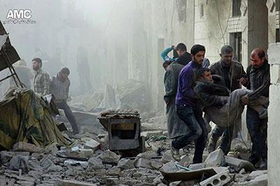 هذه الصورة مقدمة من مركز حلب الإعلامي، وهي تُظهر سوريين يساعدون رجلاً جريحاً في مكان تعرض لغارة جوية شنتها القوات الحكومية في حلب في 17 ديسمبر/كانون الأول. وقد ظل المواطنون الصحفيون يؤدون دوراً مركزياً في توثيق الدمار والخسائر في الأرواح من جراء النزاع. (أسوشيتد برس/مركز حلب الإعلامي)