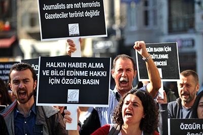 Jornalistas turcos protestam por direitos da mídia em Istambul em 5 de novembro de 2013. Manifestantes passam a um passo por minuto para destacar  o lento processo da justiça na Turquia. (AFP/Ozan Kose)