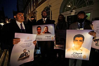 Manifestantes instan a la liberación de los periodistas de Al-Jazeera  Abdullah al-Shami y Mohammad Bader fuera de la embajada egipcia en Londres el 12 de noviembre de 2013. (AP/Lefteris Pitarakis)