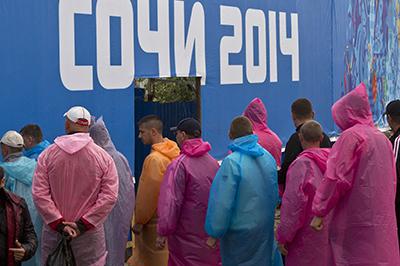 Работники стоят в очереди на входе в Олимпийский парк в Сочи. (Reuters/Maxim Shemetov)