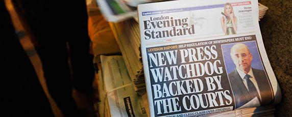 فضيحة أخبار العالم التى اخترقت فبها صحيفة تابلويد الاحد البريطانية البريد الصوتي للمشاهير والمواطنين العاديين، أدىت إلى انقسام حاد فى النقاش حول كيفية تنظيم وسائل الإعلام في المملكة المتحدة.  (رويترز / لوقا ماكجريجور)