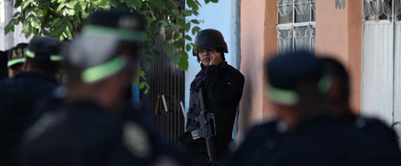 Agentes da polícia fazem guarda perto de uma cena de crime em Neza, nos arredores da Cidade do México, em 16 de janeiro de 2011. (Reuters / Jorge Dan)