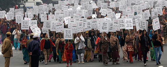 Les femmes marchent pour la justice et la sécurité à New Delhi le 2 Janvier 2013, après les funérailles d'une étudiant décédée après avoir été violée. (Reuters / Adnan Abidi)