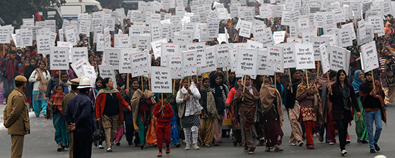 مسيرة للنساء من أجل العدالة والأمن في نيودلهي في 2  يناير 2013، عقب تشييع جنازة الطالبة التي توفيت بعد تعرضها للاغتصاب الجماعي.  (رويترز / عدنان عبيدي)