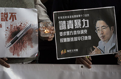 Protesters urge police to apprehend the perpetrators of an attack on Hong Kong journalist Kevin Lau Chun-to. (Reuters/Tyrone Siu)
