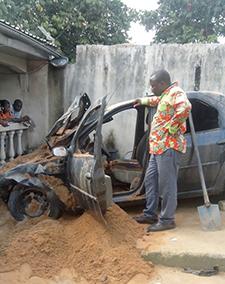 La voiture du journaliste Denis Nkwebo a été détruite dans une explosion à son domicile (Thierry Ngogang)