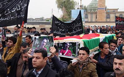 جنازة الصحفي الكردي كاوه كرمياني، الذي قُتل في ديسمبر/كانون الأول 2013. (وكالة الأنباء الفرنسية/ شوان محمد)
