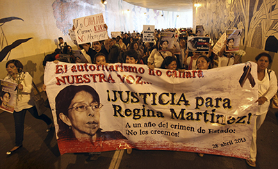 صحفيون يتظاهرون بمناسبة الذكرى السنوية الأولى لمقتل الصحفية ريجينا مارتينيز بيريز. الاعتداءات ضد الصحافة شائعة جداً في المكسيك، مما دفع السلطات إلى إقرار قانون يخوّل الحكومة الاتحادية ملاحقة الجرائم التي تستهدف الصحفيين. (أسوشيتد برس/ فيليكس ماركيز)