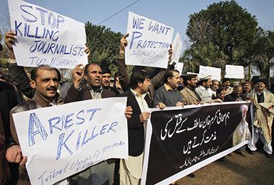 تظاهَرَ الصحفيون الباكستانيون احتجاجاً على مقتل زمليهم في يناير/كانون الثاني 2012. (أسوشيتد برس/ محمد سَجّاد)