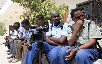 A imprensa enfrenta riscos crescentes ao informar na Somália. Aqui, jornalistas aguardam durante uma cobertura em frente ao palácio presidencial.(Reuters/Feisal Omar)