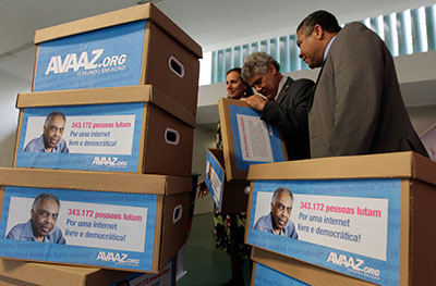 Congressistas brasileiros abrem caixas de assinaturas em apoio ao Marco Civil da Internet. (AP / Eraldo Peres)