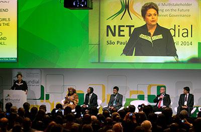A presidente do Brasil, Dilma Rousseff, fala em um fórum de Internet em 23 de abril de 2014 depois de um projeto de lei que garante a privacidade na Internet e o acesso à Web ter sido aprovado pelo Congresso. (AP / Andre Penner)