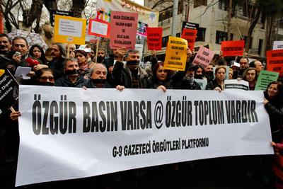 15 Şubat 2014 günü, gazeteciler Ankara'da medya özgürlüğü için eylem yapıyorlar. Pankartta 'Özgür basın varsa özgür toplum vardır' yazıyor. (Reuters/Ümit Bektaş)