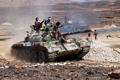 Yemeni soldiers battle an Al-Qaeda affiliate in the southern province of Shabwa on May 8, 2014. (AFP)