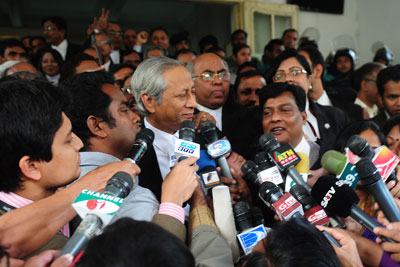 Journalists surround Bangladeshi Attorney General Mahbubey Alam following a verdict at the International Crimes Tribunal court premises in Dhaka on January 21, 2013. (AFP/Munir uz Zaman)