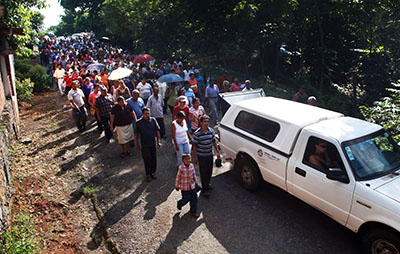 Amigos e familiares de Octavio Rojas Hernández, jornalista mexicano morto a tiros na terça-feira, comparecem a seu funeral (AP/Felix Marquez)