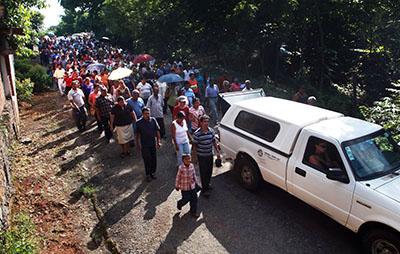 Amigos y familiares de Octavio Rojas Hernández, periodista mexicano asesinado a tiros el martes, asisten a su funeral. (AP/Felix Marquez)