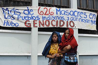 Sobrevivientes de la guerra civil guatemalteca protestan en mayo de 2013 tras la anulación de la condena contra el General José Efraín Ríos Montt por genocidio. Un nuevo juicio para el ex dictador está previsto comenzar en enero. (AFP / Johan ORDONEZ)