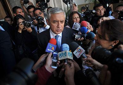 El presidente Pérez Molina rodeado por la prensa en la Ciudad de Guatemala. Algunos medios de prensa afirman que su gobierno los ha marginado de la cobertura informativa. (AFP/John Ordonez)