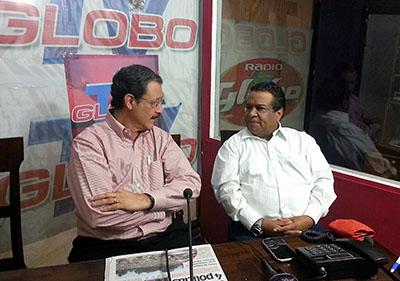 El presentador de Globo TV Aníbal Barrow (en la imagen a la derecha), mostrado aquí mientras entrevistaba a un candidato presidencial, fue asesinado en 2013.  (AFP/STR)