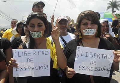 Periodistas hondureños participan en una protesta en demanda de mayor libertad de prensa. (AP/ Fernando Antonio)