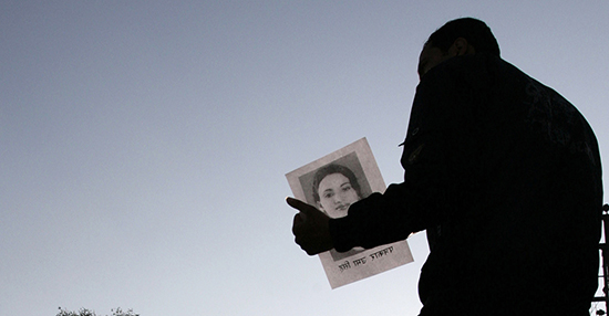 A journalist holds a photo of Nepalese radio journalist Uma Singh, who was murdered in 2009. (Reuters/Shruti Shrestha)