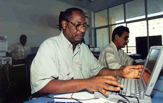 Em 2014, o Tribunal da CEDEAO disse que Agência Nacional de Inteligência de Gâmbia não realizou uma investigação adequada do assassinato do editor de jornal e correspondente da AFP Deyda Hydara, visto aqui em 2004. (AFP / Seyllou Diallo)