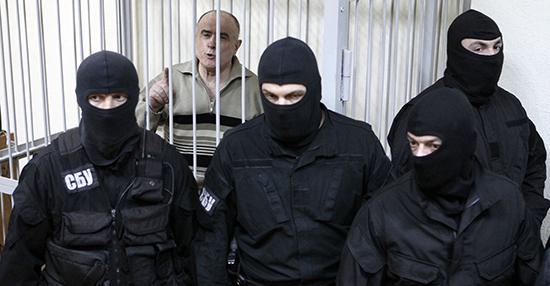 أدين الجنرال السابق في الشرطة، أليكسي بوكاتش، ويظهر هنا في المحكمة في عام 2013، بتهمة التورط في قتل الصحفي الأوركراني جورجي غونغادز في عام 2000. (رويترز/غليب غارانيتش)
