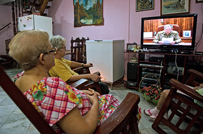 Cubans gather around a television in Havana as Raúl Castro announces the restoration of diplomatic ties between Cuba and the U.S. (AFP/Yamil Lage)