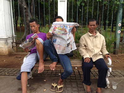 Jakarta residents read newspapers on a city bench. The election of Widodo has renewed hope that press conditions will improve. (CPJ/Sumit Galhotra)