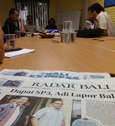 The delegation meets staff from Radar Bali. Several local journalists shared their thoughts on press freedom with the group. (CPJ/Sumit Galhotra)